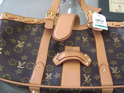 [IMG]http://vocearancio.ingdirect.it/wp-content/uploads/2011/04/louis_vuitton_fake_bag.jpg[/IMG]