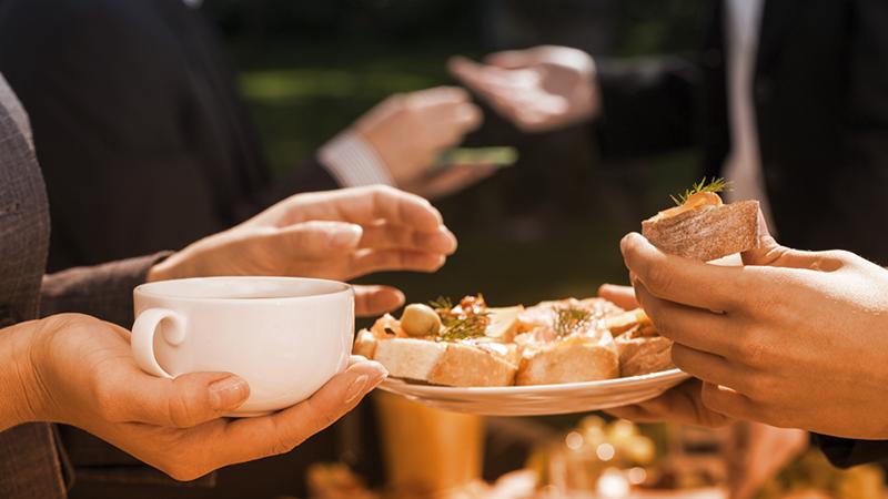 Con gli amici o coi colleghi, la tavola è social
