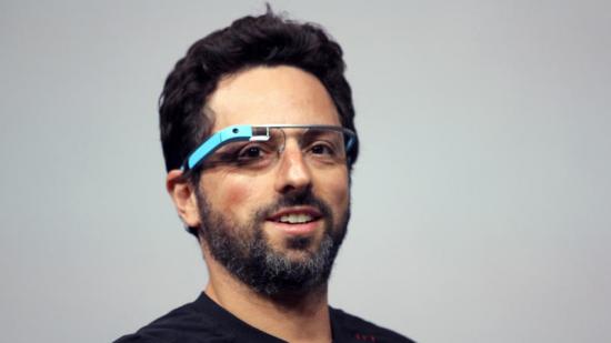 Il co-fondatore di Google Sergey Brin indossa i Google Glass, computer indossabile con display ottico con montatura simile ad un occhiale. Potrete scattare foto, scrivere messaggi o utilizzare il navigatore senza l'utilizzo delle mani, semplicemente facendo la vostra richiesta a voce.