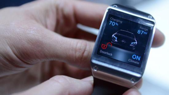 """Galaxy Gear è il nuovo smart watch di Samsung. È dotato di fotocamera e altoparlanti integrati, con un schermo Super AMOLED – schermo piatto flessibile - da 1,63"""""""