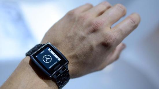 Pebble è uno smart watch intelligente nato su Kickstarter, sito web di crowdfunding per progetti creativi. Permette di ricevere notifiche di chiamate, messaggi e email senza guardare il proprio cellulare.