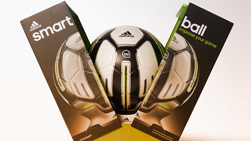 1. CALCIO. Con Adidas miCoach Smart Ball è possibile registrare le traiettorie dei propri calci piazzati. Il pallone si ricarica senza fili con una dock dedicata.