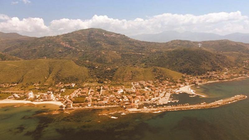 2. Pollica: perla del Cilento, famosa per le sue acque cristalline e per un forte impegno per il risparmio idrico (Fonte immagine: corriere.it)