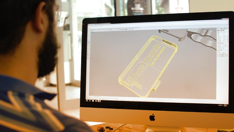 2. Il designer disegna l'oggetto tramite software e segue il cliente nella fase di sviluppo.