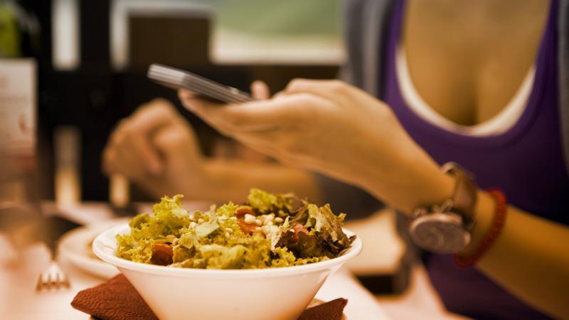 2. Quando siete a tavola, lasciate il cellulare in borsa o nella giacca. Uno studio della Virginia Tech University ha mostrato che la sola presenza dello smartphone sul tavolo riduce il livello di attenzione e la qualità delle conversazioni.