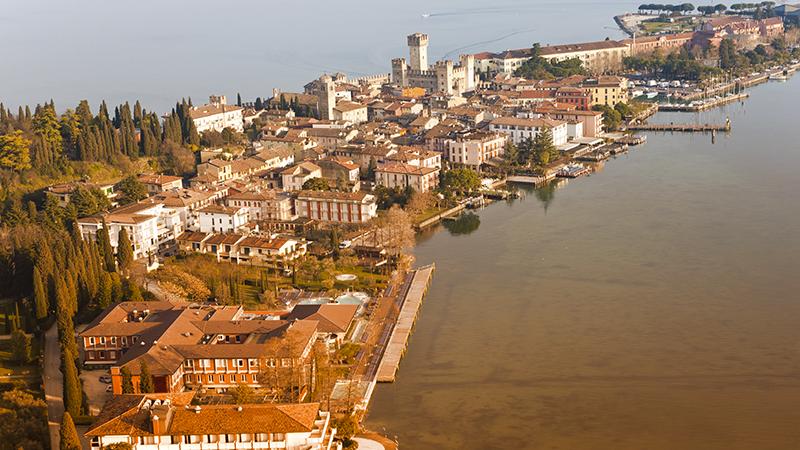 3. Sirmione: la località sorge su uno splendido promontorio affacciato sul Lago di Garda. È una meta scelta da turisti di tutto il mondo per l'acqua limpida e le spiagge ben attrezzate. Dal 4 al 6 settembre inaugura il Festival della Canzone per Giovani Talenti.