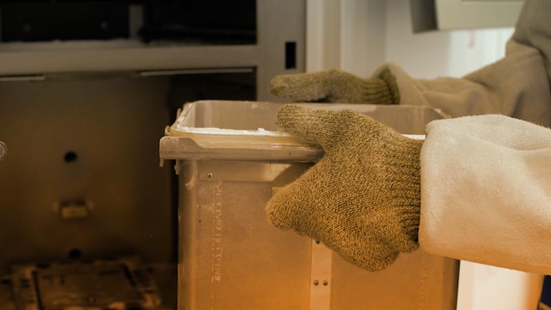 3. La macchina viene preparata all'utilizzo: in questo caso il procedimento avviene scaldando degli appositi materiali, solitamente polveri metalliche o sostanze termoplastiche, per poi sistemarle nella posizione corretta.