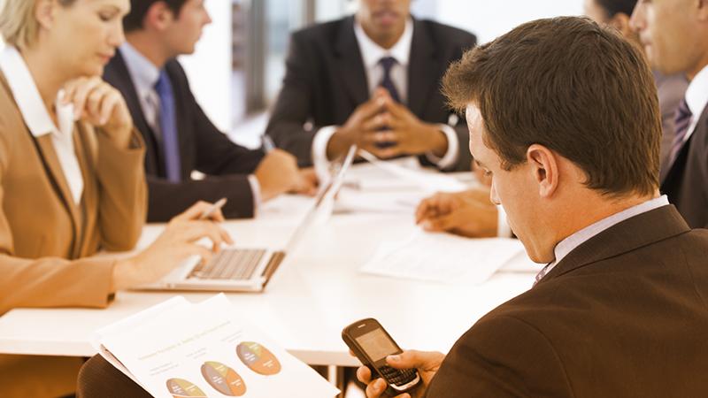 3. Circa il 66% delle persone dichiara di non sopporare chi utilizza lo smartphone durante le riunioni di lavoro. Essere distratti dal cellulare può mettervi in cattiva luce con i vostri interlocutori.