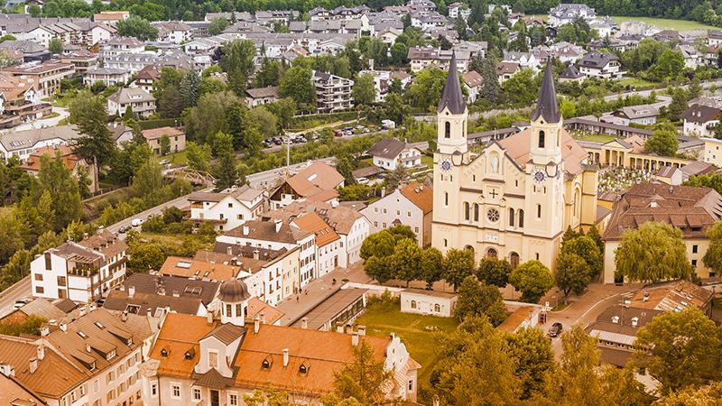 1. Brunico: il paese delle Dolomiti è famoso per le facciate curate e le strade pulitissime. Fino al 30 settembre è possibile partecipare a