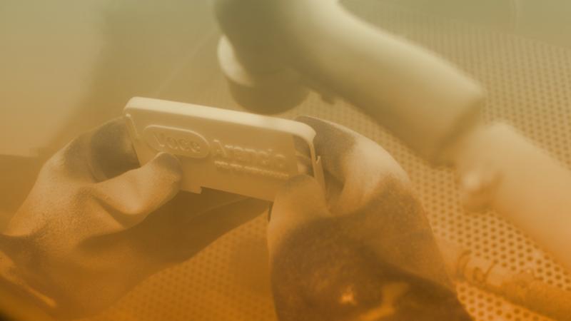 5. Finito il processo meccanico di stampa se ne aggiunge uno più artigianale: si agisce pulendo le superfici con carta abrasiva o macchinari appostiti, utili a migliorare l'impatto visivo e l'esperienza tattile dell'oggetto.