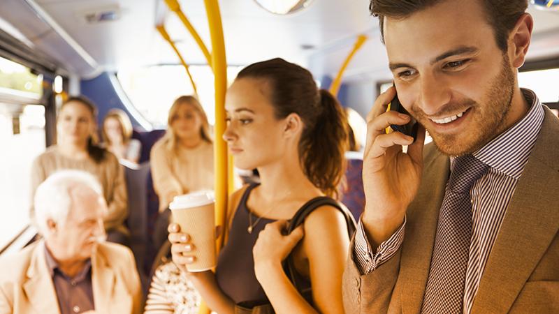 5. L'uso improprio del cellulare sui mezzi pubblici è il più odiato dalle donne (73%): oltre ad essere sgradevole per chi vi circonda – nel caso in cui parliate a voce alta o teniate la suoneria elevata – può farvi perdere la fermata giusta se siete immersi nella navigazione!