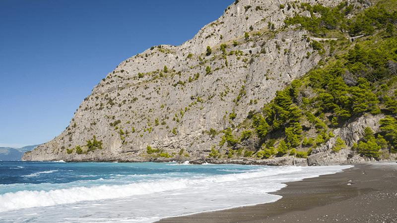 Il paesaggio di Maratea, in Basilicata, tra mare, grotte e sentieri.