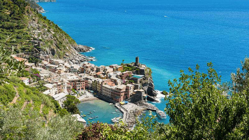 Vernazza, porto e castelli nel Parco Nazionale delle Cinque Terre.