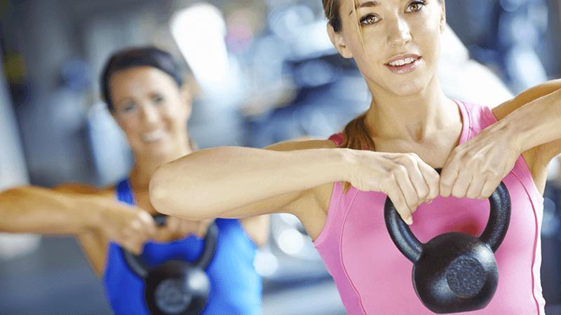 Kettlebell è un attrezzo sempre più presente nelle palestre, permette di aumentare la massa muscolare e aiuta a perdere peso.