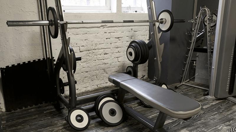 L'allenamento con una panca multifunzionale coinvolge molti gruppi muscolari contemporaneamente.