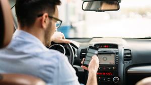 Usare i device in auto in sicurezza (evitando le multe)