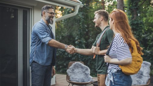 Airbnb rivede le proprie condizioni: annunci più chiari, prezzi più trasparenti tutte le novità per gli utenti